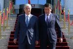 Президент Казахстана Касым-Жомарт Токаев  с президентом Кыргызской Республики Сооронбаем Жээнбековым