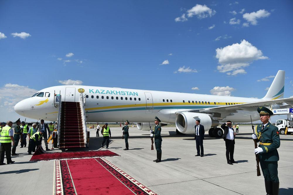 Новоизбранный президент Казахстана Касым-Жомарт Токаев приземлился на Airbus A321-211(CJ). В аэропорту его встретил премьер-министр Мухаммедкалый Абылгазиев