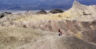 Туристы идут по горному хребту в Национальном парке Долины Смерти, Калифорния