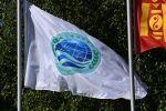 Флаг с эмблемой саммита ШОС перед началом заседания Совета глав государств - членов Шанхайской организации сотрудничества в государственной резиденции Ала-Арча в Бишкеке