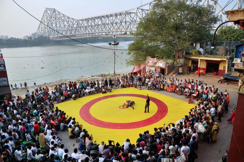 Амит Мулик, Индия. Бойцовский поединок на красно-желтом ковре.  Спорт/одиночные фотографии