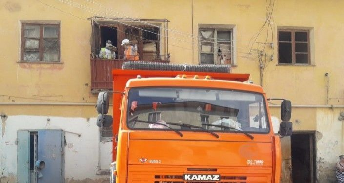 Коммунальные службы вывозят мусор из квартиры в Атырау