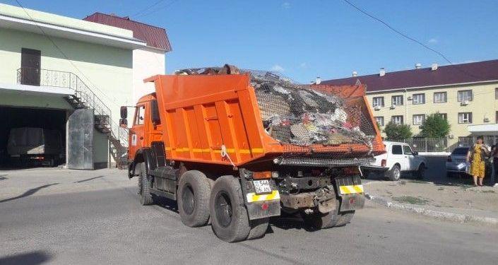 Коммунальные службы вывозят мусор из квартиры в Атыраум