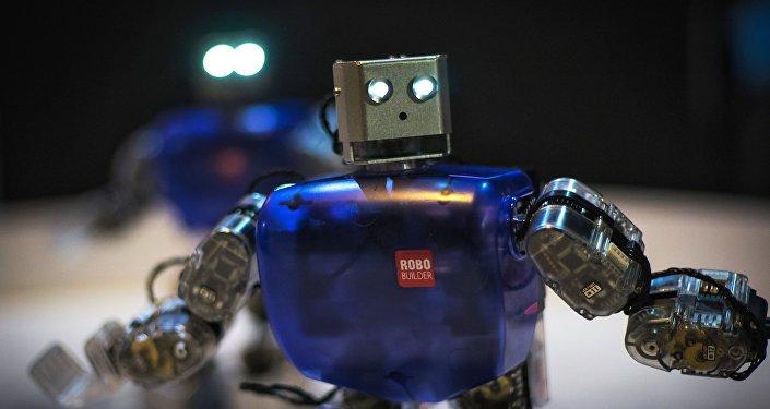 Архивное фото танцующих роботов на интерактивной выставке