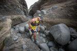 Участник шоу The Amazing Race во время преодоления маршрута, архивное фото
