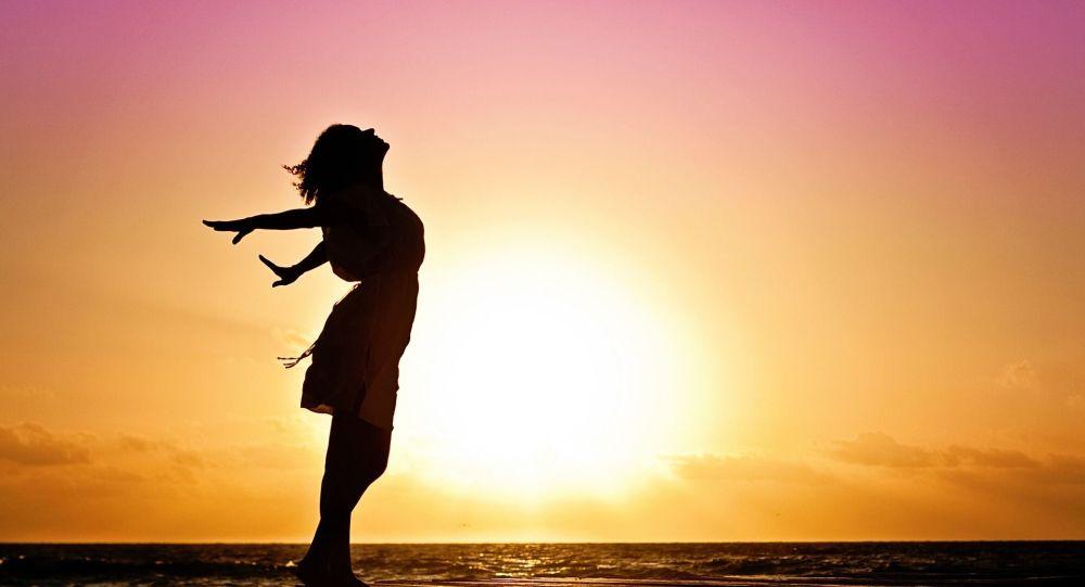 Силуэт женщины на восходе солнца