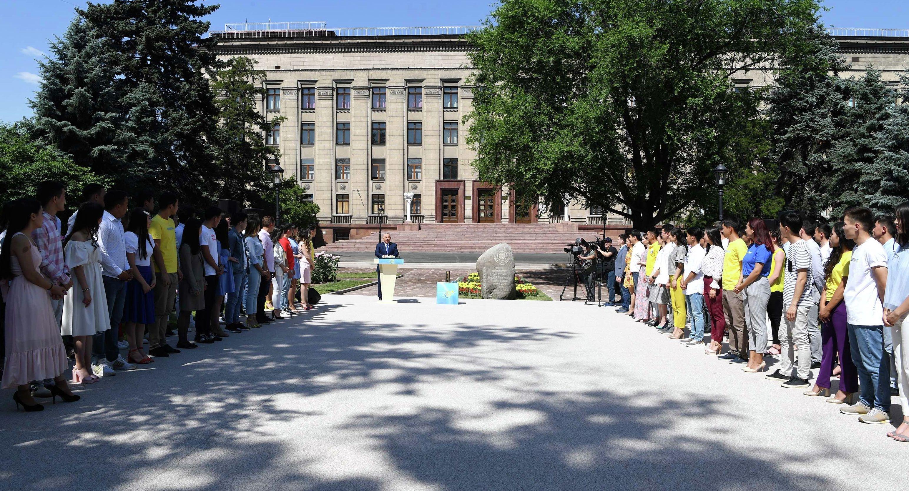 Первый президент Казахстана Нурсултан Назарбаев во время церемонии закладки капсулы времени в Алматы
