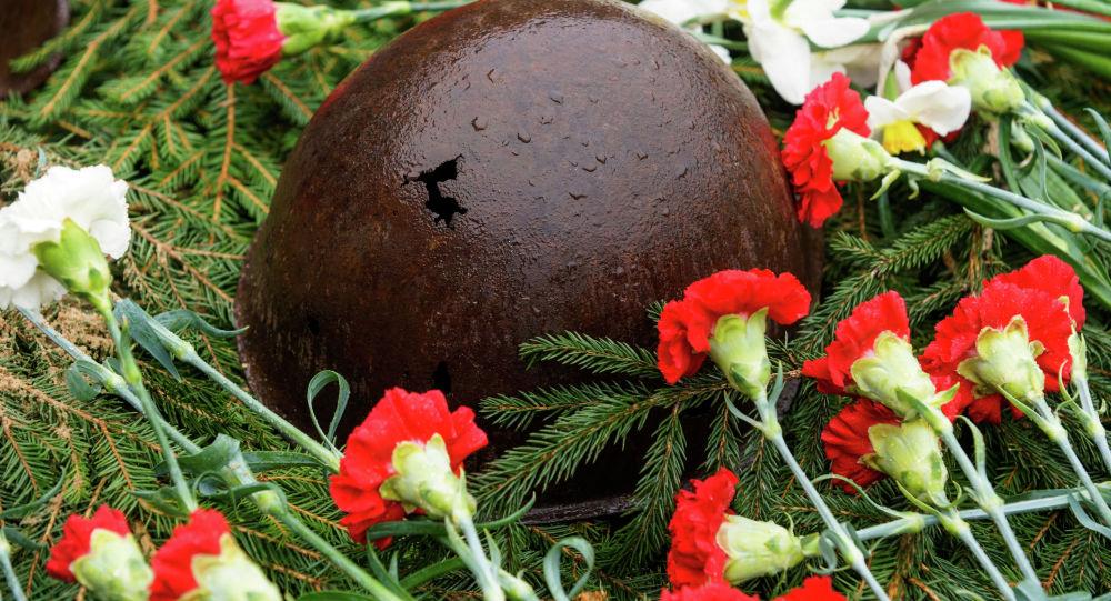 Солдатская каска на братском кладбище