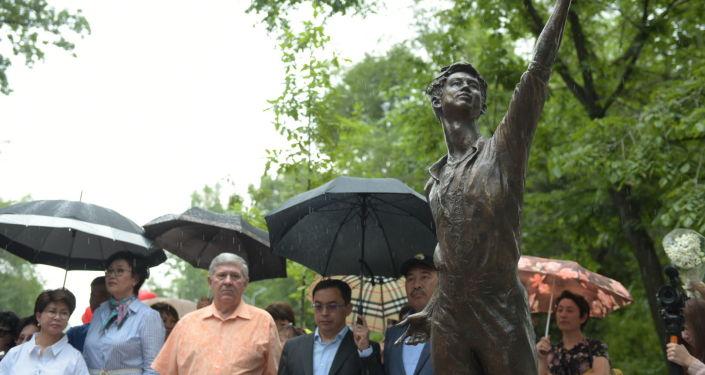 Открытие памятника Денису Тену в Алматы