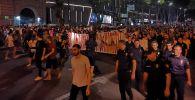 Протестующие в митинге