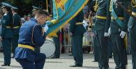 Курсанты на церемонии прощания с боевым знаменем Военно-инженерного института радиоэлектроники и связи Казахстана