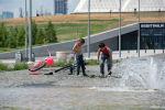 Мальчики купаются в фонтане