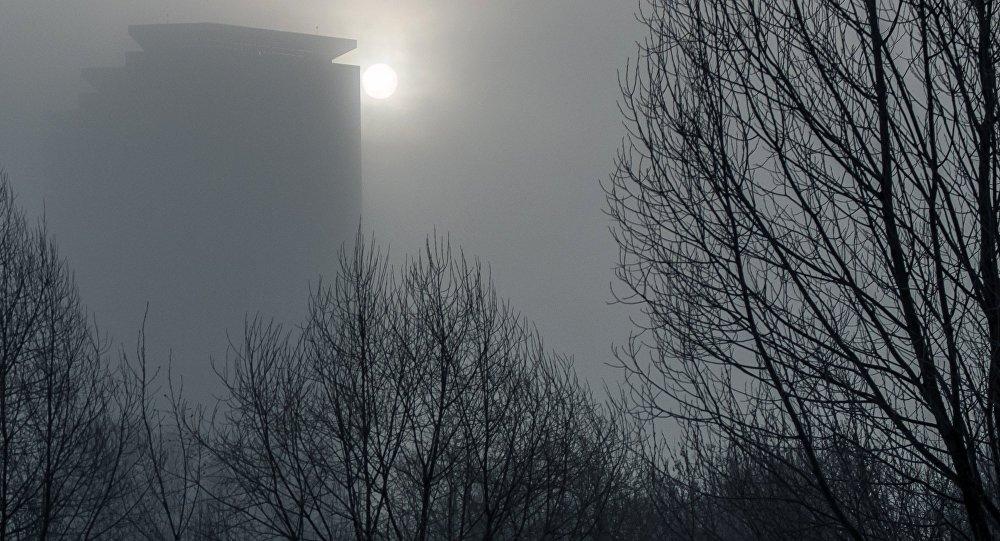 Вид на здания в туманную погоду