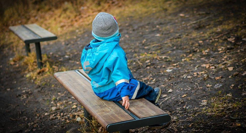 Ребенок на скамейке в парке