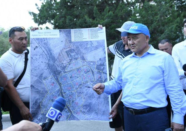 Аким Туркестанской области Умирзак Шукеев рассматривает схему города, поделенную на 17 секторов