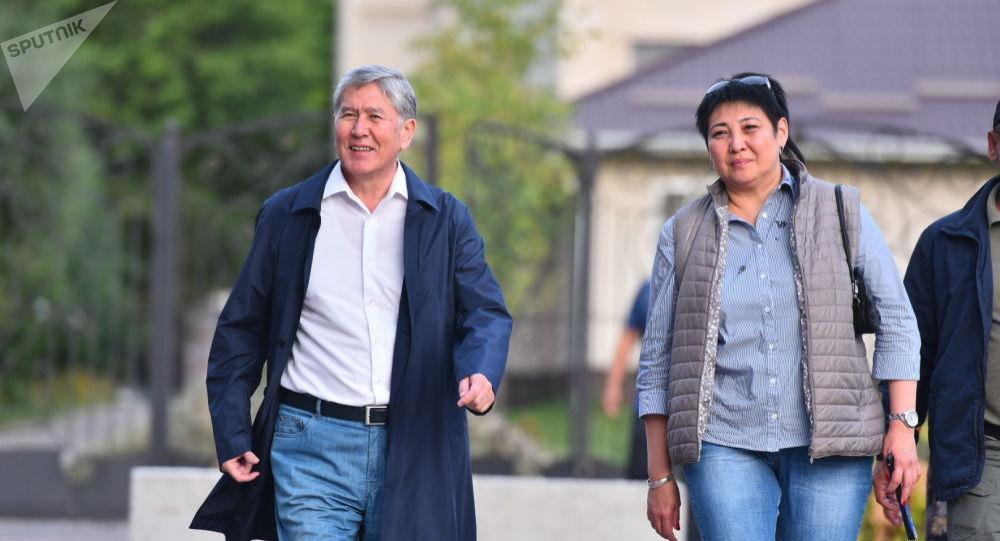 Бывший президент Кыргызстана после пресс-конференции на территории своего дома в Кой-Таше