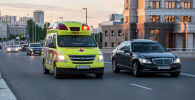 Автомобиль скорой помощи на дороге в столице