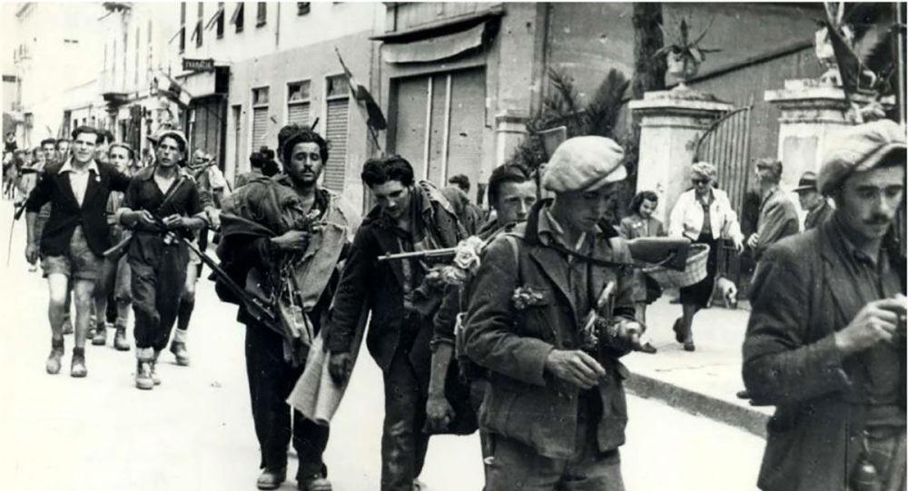Итальянские и советские партизаны 4a отряда Ельзио Гваррини, освобождение Таджи, Италия, 25 апреля 1945г
