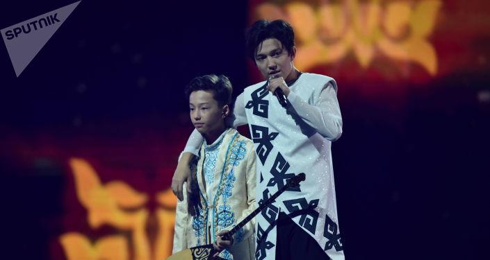 Димаш сыграл на домбре с младшим братом на сольном концерте