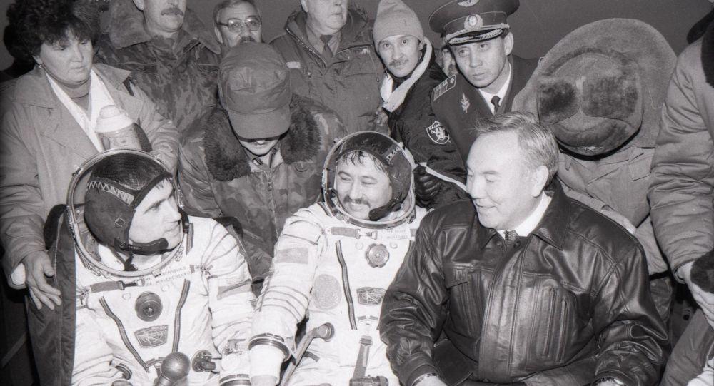 Нұрсұлтан Назарбаев ғарышкерлер Талғат Мұсабаев, Юрий Малеченко, Ульф Мербольдты қарсы алды