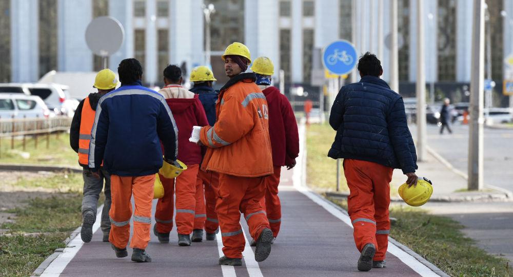 Рабочие Абу-Даби Плаза