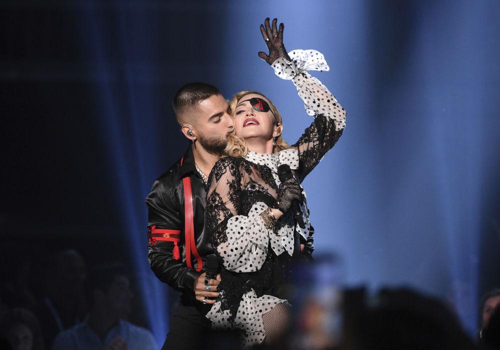 Колумбийский певец Малума целует певицу Мадонну во время выступления на Billboard Music Awards