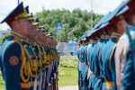 Военные курсанты на торжественной церемонии подъема государственного флага в честь Дня столицы