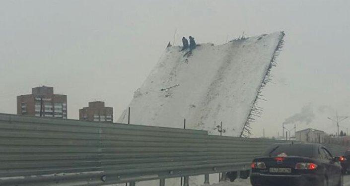 Рабочие на накренившимся мосту в Усть-Каменогорске