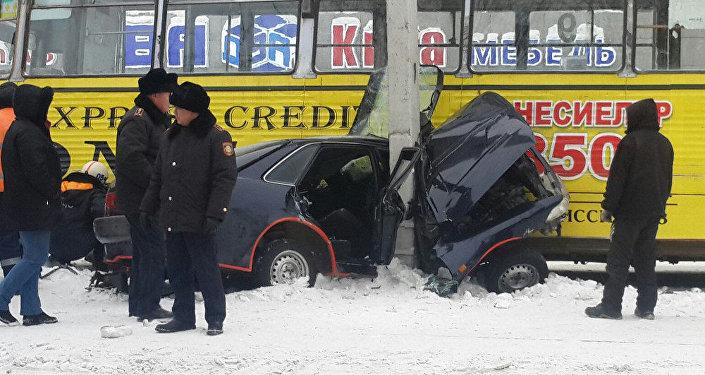 Өскеменде автокөлік пен трамвай соқтығысты