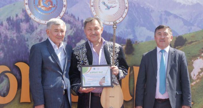 Награждение рекордсменов по игре на домбре на протяжении 24 часов в Талдыкоргане 3-4 июля 2019 года