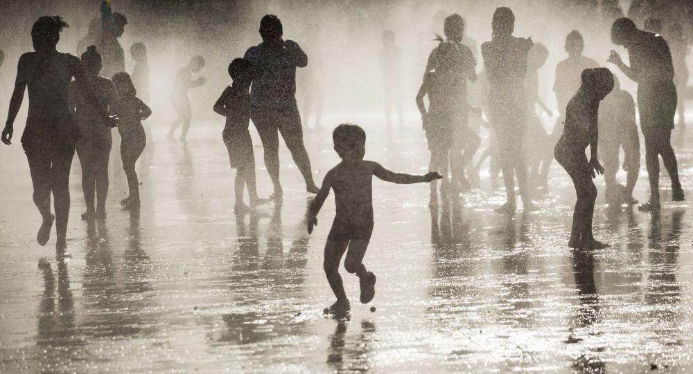 Горожане купаются в фонтане, архивное фото