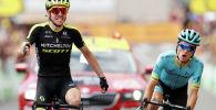 Саймон Йейтс из Британии выигрывает этап перед гонщиком команды Астаны Pro Пелло Бильбао