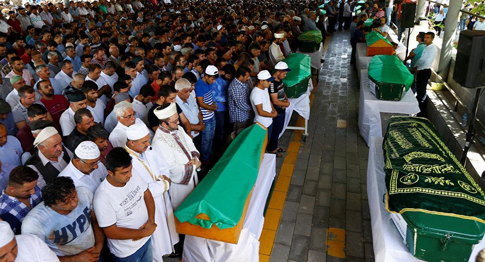Похороны жертв теракта на свадьбе в Турции