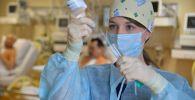 Медсестра во время медицинских процедур, архивное фото