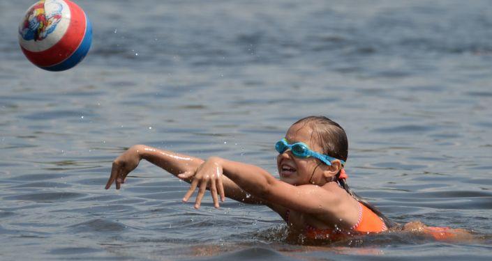 Девочка на пляже Большого Садового (Академического) пруда в Москве