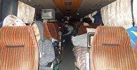 Архивное фото людей в пассажирском автобусе