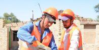 Строители возводят дома в Арыси