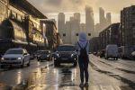 Девушка на пешеходном переходе в Москве во время дождя