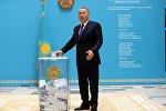 Нурсултан Назарбаев на избирательном участке, архивное фото