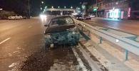 Автомобиль на полном ходу влетел в металлический отбойник