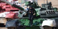 Член экипажа танка Т-80 команды армии России на финише Индивидуальной гонки женских экипажей в Танковом биатлоне на V Армейских международных играх-2019 в парке Патриот