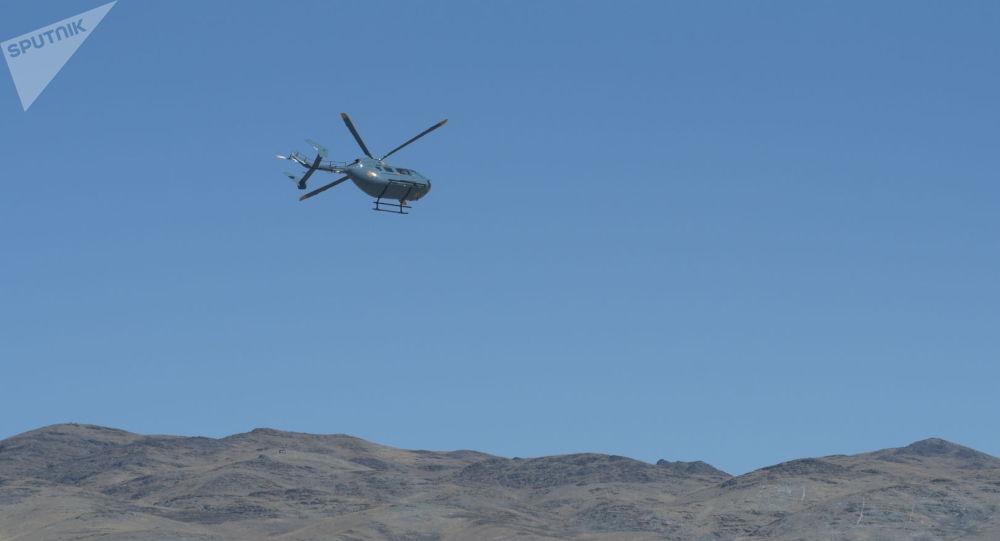 Военный вертолет на открытии АрМИ в Казахстане