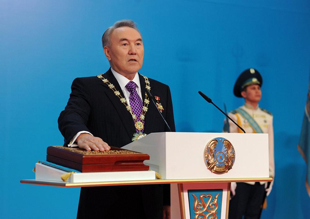 Көрмеден сурет: Қазақстан президенті Нұрсұлтан Назарбаев салтанатты ұлықтау рәсімінде ант беру сәті