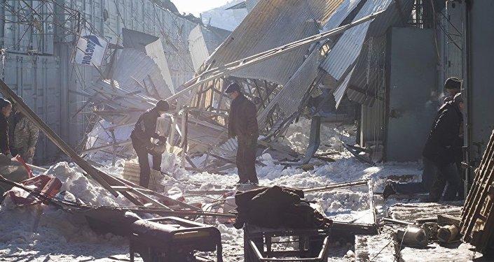 Сотрудники правоохранительных органов Бишкека на месте обвала крыши на центральном рынке Дордой