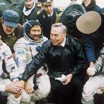 Нурсултан Назарбаев поздравляет космонавтов