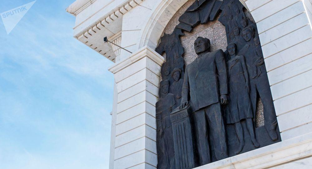 Нұр Сұлтандағы Тәуелсіздік алаңындағы Назарбаевтың бейнесі салынған барельеф