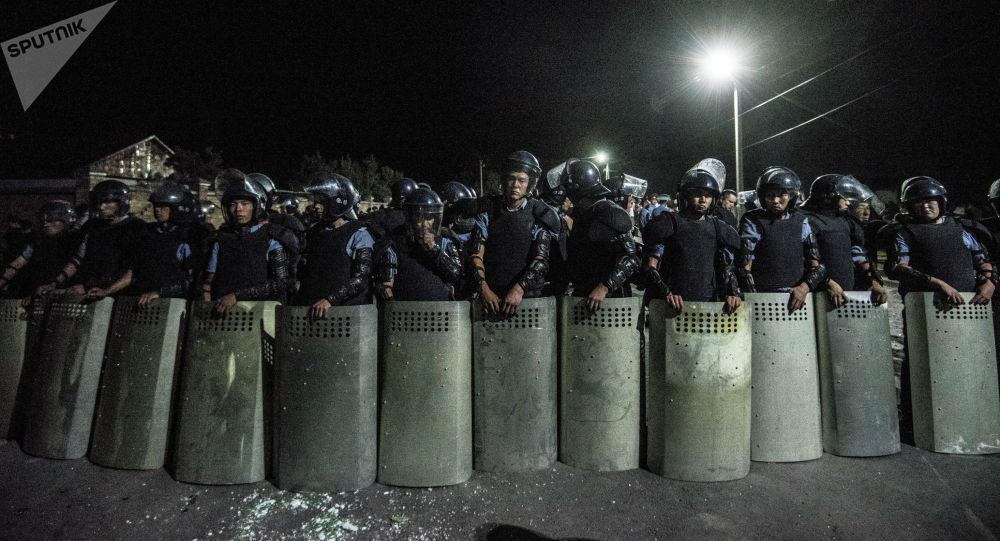 Қырғызстанның экс-президенті Алмазбек Атамбаевты ұстау операциясы өткізілген Қой-Тас ауылындағы полиция қызметкерлері