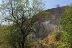 Возгорание сухой травы на юго-западном склоне горы на Кок-Тобе в Медеуском районе