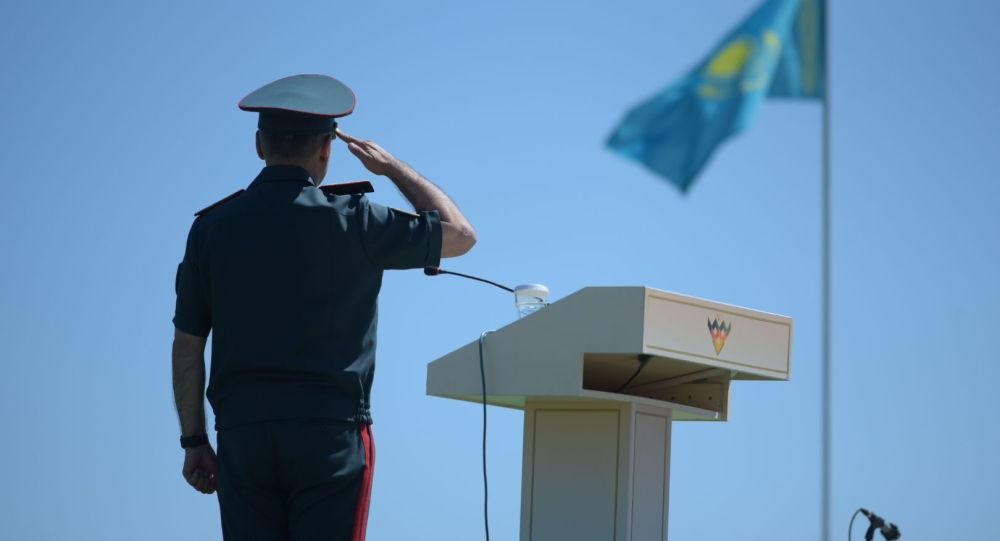 Офицер, отдающий честь. Иллюстративное фото