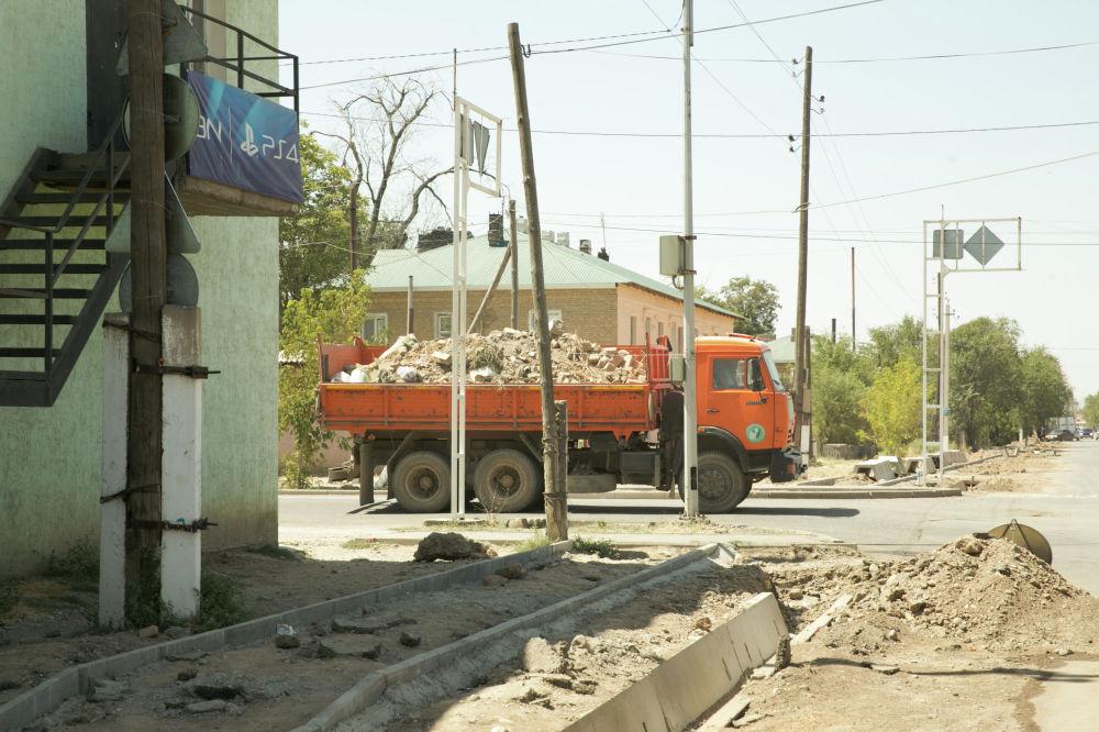 На улицах постоянно курсируют грузовики со стройматериалами и КамАЗы,  вывозящие строительный мусор